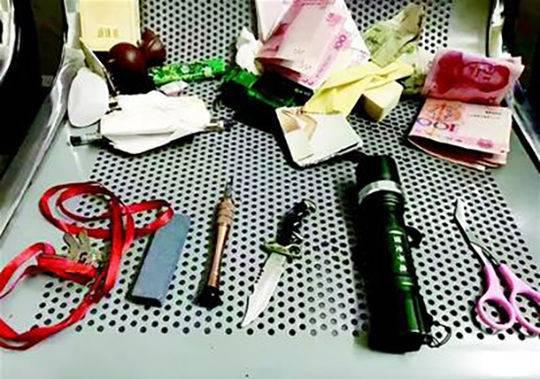 查获手电、改锥、万能钥匙及刀具等用于盗窃的作案工具。楚天都市报 图