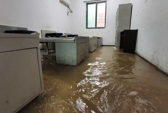 九江:消防员救援回队 发现营房被淹了(图)