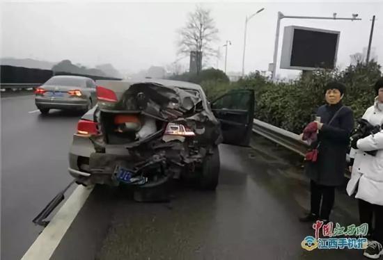 事故小车后部受到撞击严重变形