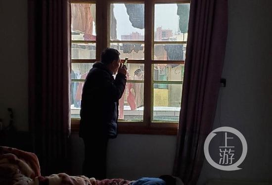 12月18日,江西南昌市进贤县老城区一处旧宅出租房里,张玉环正在接打电话。