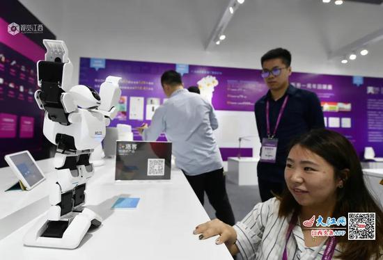 中部博览会上展示的智能机器人 摄影:王祺、邱业成
