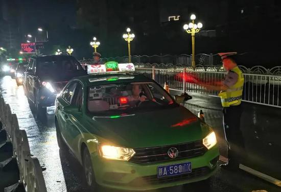 """南昌交警凌晨出动查酒驾 一晚查获11名""""酒司机"""""""