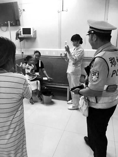 因交警及时护送就医,男童目前已平安脱险。