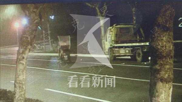 太蹊跷!拖车停放非机动车道 骑车男子追尾身亡