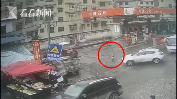 越野车加油站掉头避检查 女童被卷入车底拖行