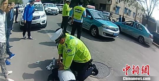 """图为河北""""80后""""辅警贾永军街头救人。警方供图"""