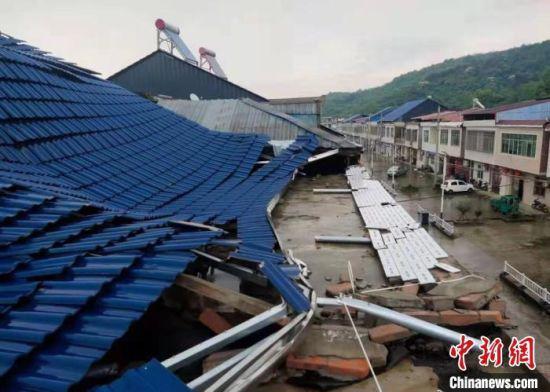 澳门威尼斯人真人博彩娱乐彭泽县大部分乡镇出现对流雷雨天气,户外大棚被大风刮到倒塌。 王满 摄
