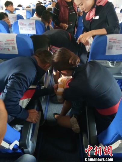 幼儿坐飞机时吃糖被卡 空姐临危不乱施救助脱险