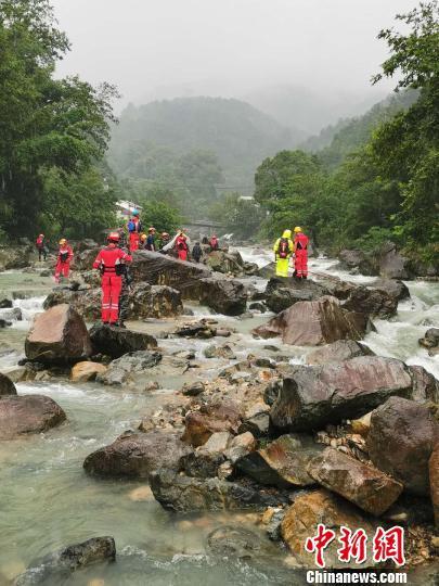 搜救人员正在事发地下游进行地毯式搜索。 山福镇供图