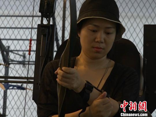 袁敏在做射箭前的准备。 魏尧 摄