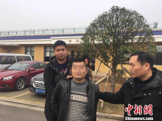 湖南一男子潜逃15年以为被遗忘,看守所探监被抓获。益阳公安
