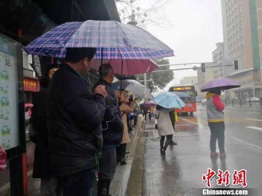 2月23日,南昌阴雨绵绵,气温低迷,熊金竹在等待出租车。 ?#31456;?#31243; 摄