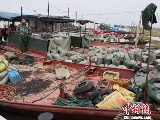 2月26日,江西省永修县公安局水上派出所查获的20000余公斤螺蛳。 曹辉摄