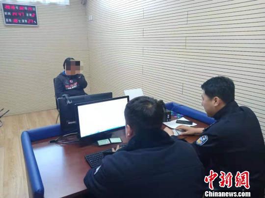 """民警为培养9岁孩子开车技能的""""虎妈""""录口供。辽宁省交警总队提供"""