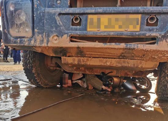 江西女子被压大货车底 还惦记着去学校接孩子…