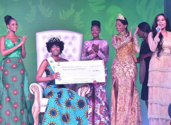 非洲小姐冠军正开心庆祝 突然发现头发着火了