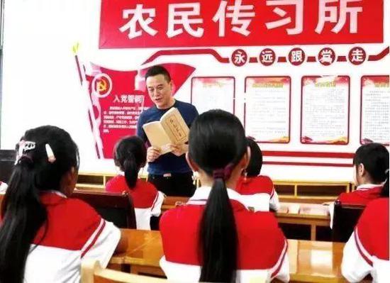 上高县野市乡学生在传习所里聆听《红色家书》里的感人故事
