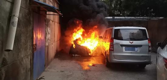 赣一废弃电动车长期未处理突发火灾 引燃一旁停放汽车