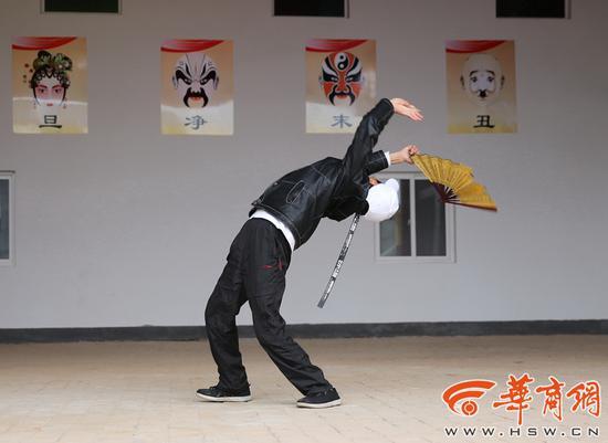 跟着电视自学戏曲舞蹈