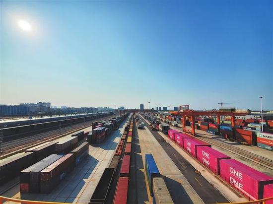 繁忙的赣州国际陆港。摄影 | 通讯员 黎璞