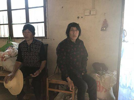 李少菊(右)和母亲高福音 本文图片澎湃新闻记者 段彦超 图