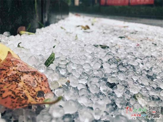 上饶鹰潭等地突降冰雹 赣州气温飙升至30℃(图)