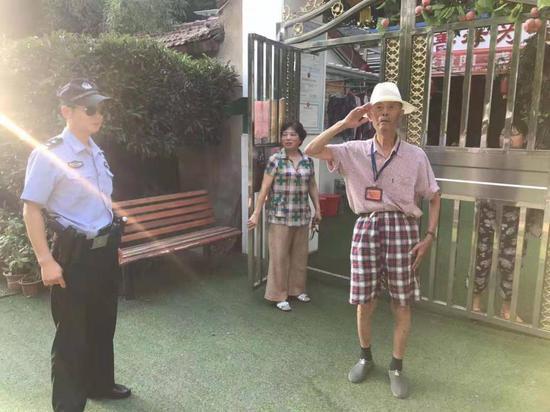 老人向民警敬礼表示感谢 江汉公安分局供图