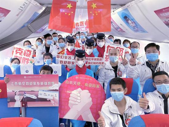 ↑江西支援随州医疗队队员在机舱内合影留念。