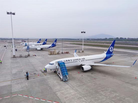 """↑江西航空派出四驾飞机组建""""仙鹤机队"""",迎接英雄回家。"""