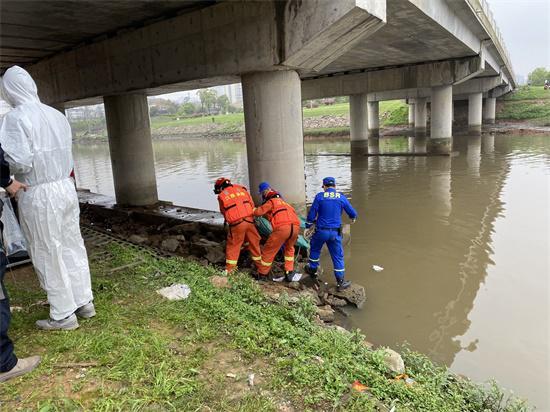 事发50小时后,第二名失联者的遗体被打捞上岸。新京报记者祖一飞 摄