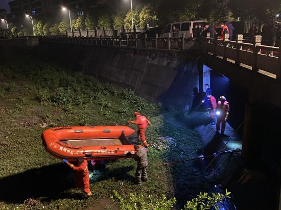 3月24日晚10点半,救援队结束了在箱涵内的搜寻作业,此时最后一名失联者的遗体仍未找到。新京报记者祖一飞 摄