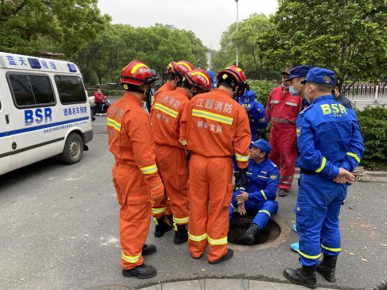3月24日上午,救援队伍沿前一晚排查到的下水井继续往下游搜寻。新京报记者祖一飞 摄