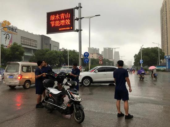 """南昌街头一幕:大雨中男子倒地 这把""""伞""""暖人心"""