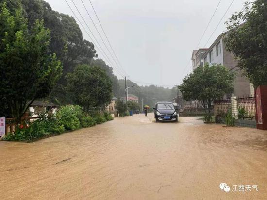 7月7日 受强降雨影响,浮梁县江村乡柏林村道路受淹。图/吴磊