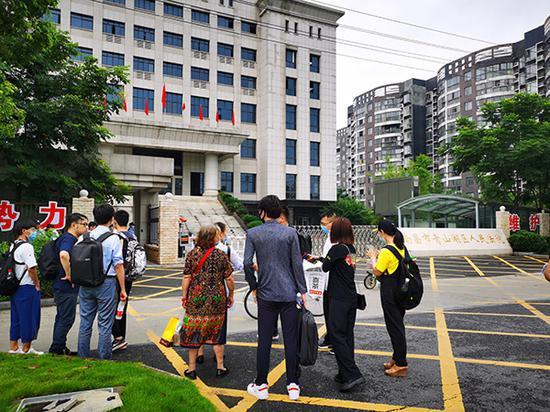 """7月3日,南昌市青山湖区法院开庭审理前,一些原""""豫章书院""""学员和志愿者来到法院门口。 澎湃新闻记者朱远祥图"""