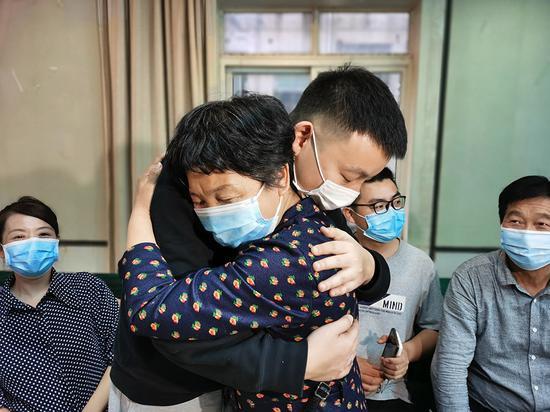 2020年4月30日,28岁的姚策与母亲相认。 本文图片均由澎湃新闻记者朱远祥图
