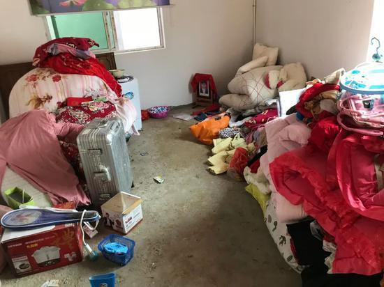 吴爱梅把衣物堆放到了三楼储物室