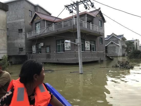 再次离开之际,吴爱梅不舍地看着自己的房子。