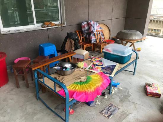 7月8日晚,吴爱梅就带着孩子睡在这张木板床上,用扇子帮他们驱赶蚊虫。