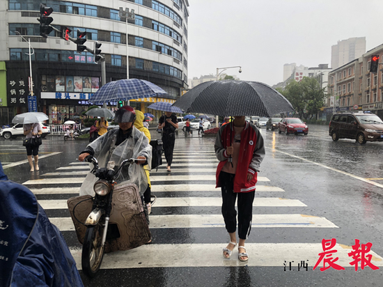 """台风""""黑格比""""今日登陆,受到""""黑格比""""的影响,今晚到明日,我省大部分地区有阵雨或雷阵雨。"""