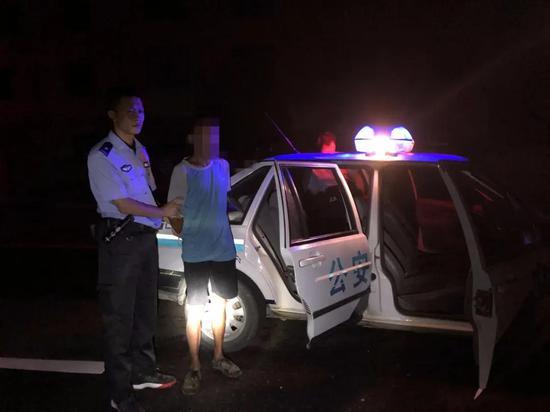 命案逃犯尹某君被带上警车