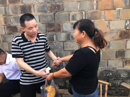 张玉环和宋小女紧握双手。澎湃新闻记者 卫佳铭 图