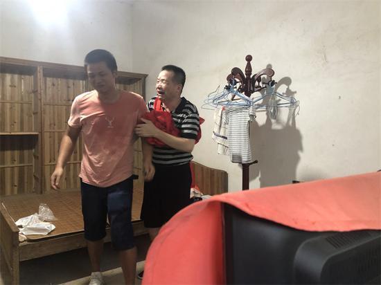 张玉环和二儿子相拥而泣。澎湃新闻资深记者卫佳铭图