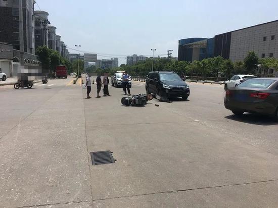 均未提前观察路况 南城街头一电动车与轿车相撞