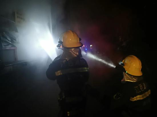 """吉安境内一货车起火 消防员被现场浓烟""""吞没""""…"""