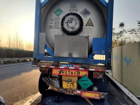 司机想避开危险品罐车结果方向打多了 撞击瞬间…