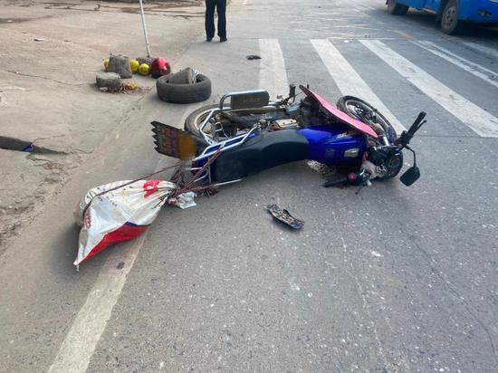 事发赣州!摩托车横穿马路 瞬间被撞飞