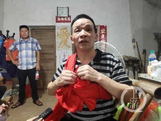 8月4日晚间,无罪释放的张玉环第一次面对媒体镜头,双手不断揉捏胸口的红布,他说自己十分紧张。