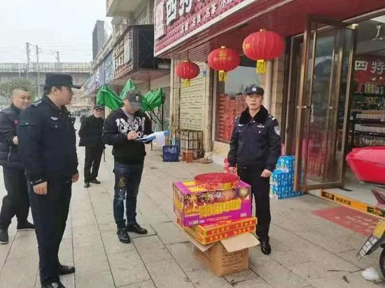 柴桑区公安局民警对辖区商家进行禁燃宣传