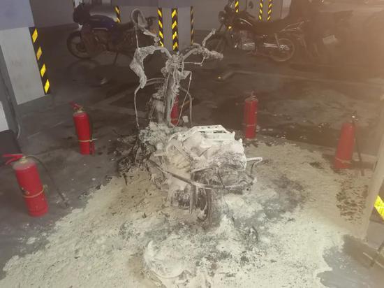 浓烟滚滚!东乡这小区停车场摩托车突然自燃.!